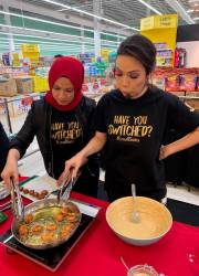 Farahdhiya (left) during the cooking demonstration at AEON Mall in Shah Alam.