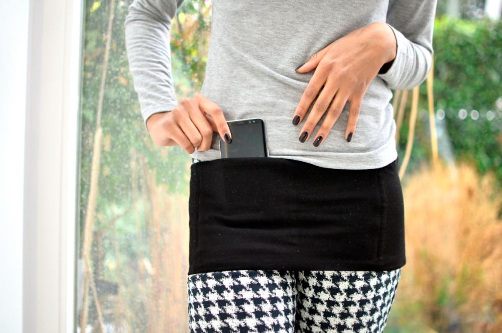 Hipi can be worn around the waist or hip. The discreet design of Hipi protects the user from pick-pockets.