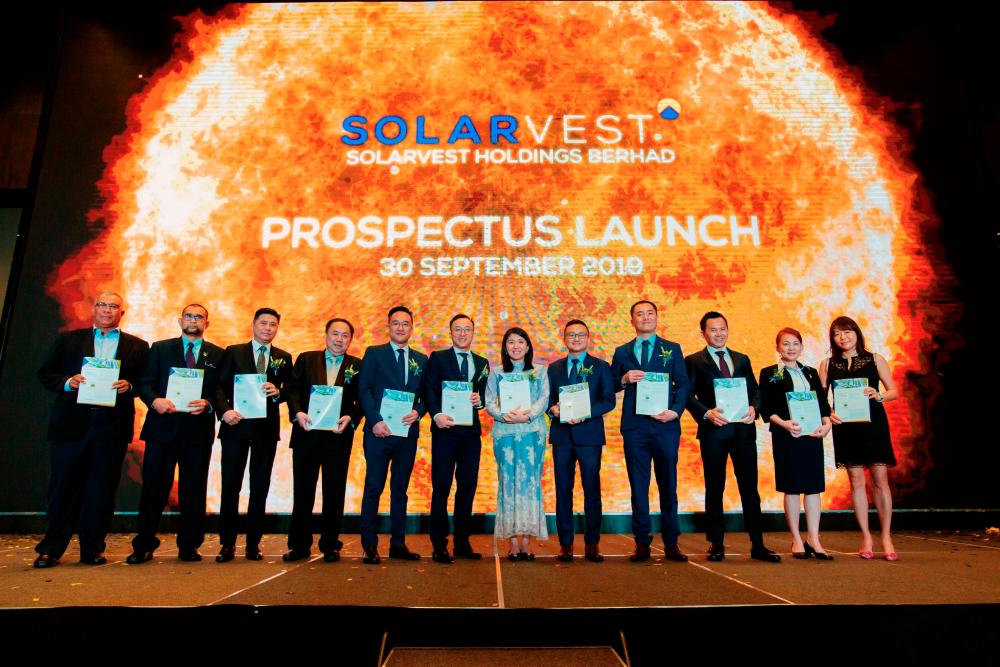 Chong (sixth from left), Energy, Science, Technology, Environment and Climate Change Minister Yeo Bee Yin together with the company's board of directors and guests at the prospectus launch today.