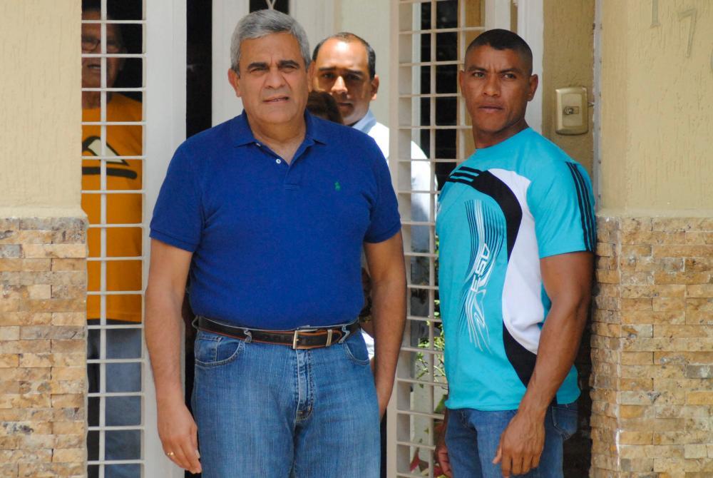 Former general Raul Baduel (C) walks out from his house in Maracay, Venezuela August 13, 2015. REUTERSpix