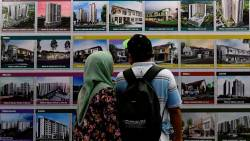 Visitors looking at affordable houses for sale at a housing expo. – BERNAMAPIX