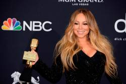 US singer Mariah Carey in the press room with her Icon Award during the 2019 Billboard Music Awards at the MGM Grand Garden Arena on May 1, 2019, in Las Vegas, Nevada © Bridget BENNETT / AFP
