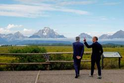 Powell (left) and Carney chat during the three-day 'Challenges for Monetary Policy' conference in Jackson Hole, Wyoming, on Friday. – REUTERSPIX