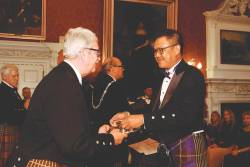 Soh receiving his medal of honour from a patron of the Keepers of the Quaich society. – LUEN HENG F&B
