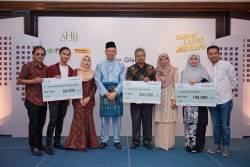 The campaign winners and their loved ones with Mahmud Fauzi (fourth, from left).