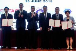 Liow (third from left) and TAR UC president Prof Dr Lee Sze Wei (second from right) with the representatives from China.
