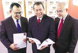From left: FGV CFO Datuk Mohd Hairul Abdul Hamid, Azhar and CEO Datuk Haris Fadzilah Hassan during a press conference after the AGM today. – Zulkifli Ersal/theSun