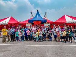 Members of the Thomson Kids Club and their parents at the Swiss Dream Circus.