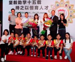 Teo (fourth from left), 2019 One Year One School ambassador Bell Yu Tian and Chiu with teachers and children from the school. SUNPIX by ZULKIFLI ERSAL