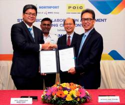Azman (left) exchanging the strategic collaboration agreement with POIC CEO Datuk Dr Pang Teck Wai, witnessed by Datuk Seri Panglima Wilfred Madius Tangau (back right) and Port Klang Authority assistant general manager, corporate & development V. Vijayaindiaran at the signing ceremony.