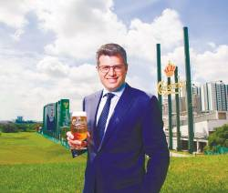 Carlsberg Malaysia managing director Ted Akiskalos with the brand's new premium stem glass).