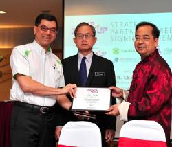 Mohamed Hassan (left) receiving a plaque from Khoo. Looking on is Deputy Health Minister Dr Lee Boon Chye.