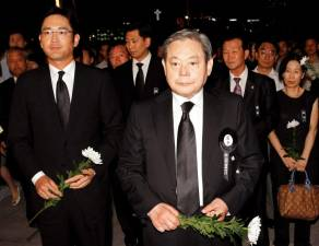 FILE PHOTO: Lee Kun-hee (front), former Samsung Group chairman, and his son Lee Jae-yong (L) wait to make a call of condolence for the late President Kim Dae-jung at a memorial altar at the National Assembly in Seoul August 21, 2009. REUTERS/Korea Pool/File Photo SOUTH KOREA OUT.