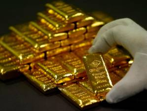 Gold rises 1% on safe-haven appeal but set for weekly drop 1