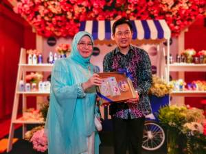 Tunku Azizah receives a hamper of Nivea products from Ng.