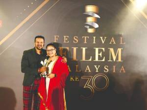 Vimala (right) and Denes at the 30th Festival Filem Malaysia.
