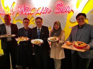From left: Malaysian Franchise Association (MFA) chairman Datuk Radzali Hassan, Manhattan Fish Market director Deric Yeo, Chong, MFA vice president Datuk Zahriah Abd Kadir and Low with selections from the new menu.