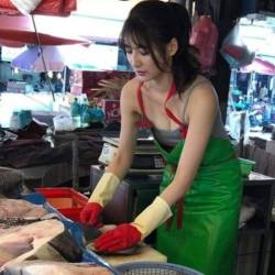 (Video) Taiwan's hottest fishmonger goes viral