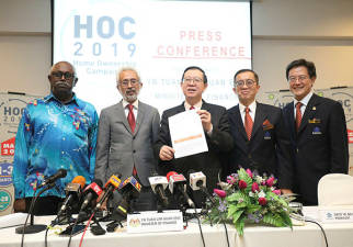 (From L) Director-general of the National Housing Department N. Jayaselan, Deputy Minister of Housing and Local Government Senator Datok Raja Kamarul Bahrin Shah, Finance Minister Lim Guan Eng, Redha President Datuk Ir Soam Heng Choon and HOC 2019 organising Chairman Datuk N.K. Tong, pose for a photo after a press conference on Mapex. — Sunpix by Asyraf Rasid