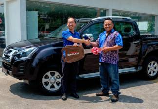 Isuzu Malaysia chief operations officer Masayuki Suzuki (left) handing over the prize to Ghanie Entalang in Bintulu.