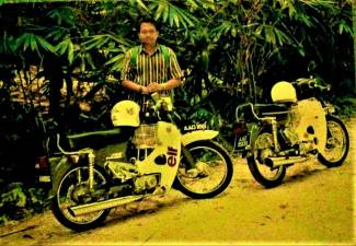 'MAY 20, 1992'... as I had written at the back of this old photo. Next to me is my friend Faizul's similarly-done-up C70, which he will restore too, after mine.