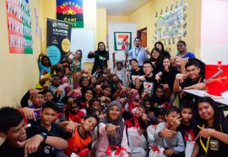 The children with volunteers from 7-Eleven Malaysia and NGOHub.
