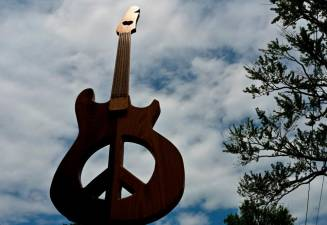 A guitar sculpture by artist 'Rennie Cantine' is on display on Tinker Street on August 14, 2019 in Woodstock, New York. AFP / Angela Weiss.