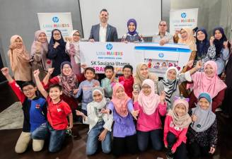 HP Inc. Asia Pacific and Japan Education Strategy Manager David Holland (fifth from left, back row) and Fayza with students from SK Saujana Utama. SUNPIX by AMIRUL SYAFIQ MOHD DIN