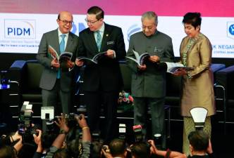 From left: Securities Commission Malaysia chairman Datuk Syed Zaid Albar, Finance Minister Lim Guan Eng, Prime Minister Tun Dr Mahathir Mohamad and Bank Negara Malaysia governor Datuk Nor Shamsiah Mohd Yunos at the launch of the National Strategy for Financial Literacy today. NORMAN HIU/THESUN