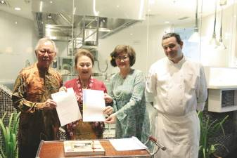 Rosita (second from left) receiving the certificate of appreciation from Wong (far left), Ho and Michieletto.