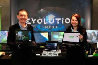 (From L) Chan, and Acer senior product executive Soo Yun Sin with the latest devices.