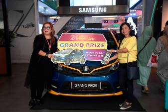 Liew (left) and Ng with the grand lucky draw prize.