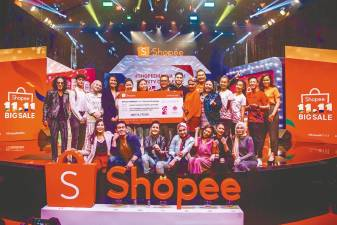 Sunway Medical Centre's Business Development & Corporate Communications director Dr Michelle Mah (fifth from left), Shopee's assistant marketing manager Cherine Fong and celebrities presenting a mock cheque to MAKNA's head of Corporate Collaborations Ahmad Hurais Mohd Hanafiah.