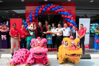 Liew (fourth from left), Marrybrown Caltex Sungai Choh franchisees Siva and Kogila, Shahid and staff from both companies at the grand launch of the new outlet.