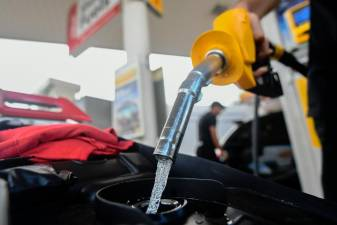 The price of RON95 petrol in December fell 3.3% year on year. BERNAMAPIX