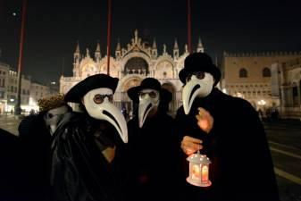 Macabre Venice parade marks plague 1
