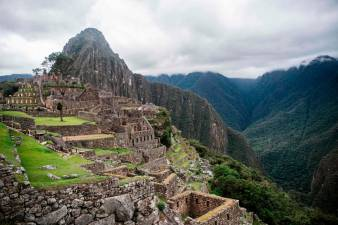TOPSHOT - View of the archaeological site of Machu Picchu, in Cusco, Peru during its reopening ceremony on November 01, 2020, amid the new coronavirus pandemic. The Inca citadel of Machu Picchu reopened on Sunday in the framework of a gradual decrease in COVID-19 contagions in Peru, after remaining empty almost eight months, affecting the tourism sector severely / AFP / ERNESTO BENAVIDES