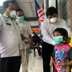 Selangor Environment, Green Technology, STI and Consumer Affairs Committee chairman Hee Loy Sian distributing face masks to residents of Taman Setia yesterday. — Bernama
