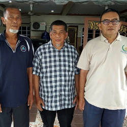 Jalan Tuntung Resident Association chairman Abdullah A Hamid (centre) together with Shafiee Salleh (left) and Mohd Khairi Mahmud (right), who are neighbours to the PKNS staff Azalan Miswan who was killed in a road accident in Turkey yesterday. — Bernama