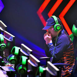 National e-sports athlete strategises before facing off Popan Werit from Thailand at the SEA Games 2019 at Manila today — Bernama