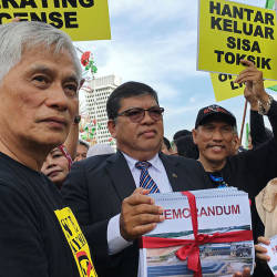 Deputy Minister in the Prime Minister's Department Fuziah Salleh (R) and Sungai Petani MP Datuk Johari Abdul (2nd L), during a protest against Lynas, on April 10, 2019. — Bernama