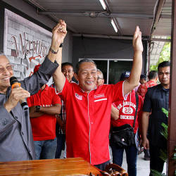 Prime Minister and leader of the Pakatan Harapan allience Tun Dr Mahathir (right) lifts the hand of Tanjung Piai parliamentary candidate Karmaine Sardini (right) as a symbol of support during a breakfast session here in Tanjung Piai today — Bernama