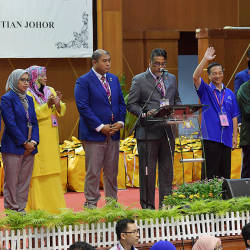 Barisan Nasional's victorious candidate in the Tanjung Piai by-election, Datuk Seri Dr Wee Jeck Seng (3rd R), waves after being announced the winner, on Nov 16, 2019. — Bernama