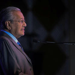 Dr M joins Malaysians in London Raya do