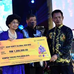 Tun Dr Siti Hasmah Mohamad Ali (L) received a donation from 4orty Global Sdn Bhd Adap chairman Datuk Daud Pengiran Prince (R) during the 2019 Warriors Fund Campaign Charity Dinner at Wisma Perwira on the night of Oct 21, 2019. - Bernama