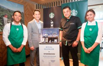 Chen (second from left) and Quays unveiling the Starbucks X Royal Selangor collection.