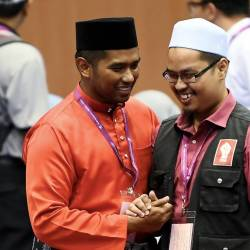 Pakatan Harapan (PH) candidate Muhammad Aiman ​​Zainali (L) speaks to Nik Aziz Afiq Abdul (R) party candidate for the N24 DUN Semenyih at Seri Cempaka Hall of Kajang Municipal Council, on Feb 16, 2019. — Bernama