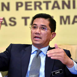 Look yourself in the mirror, Azmin tells Anwar