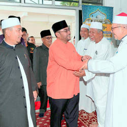 Minister in the Prime Minister's Department, Datuk Seri Dr Mujahid Yusof Rawa (C) at the Masjid Al-Fateh, Jitra on March 24, 2019. — Bernama