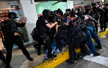 Manila mall hostage-taker surrenders 1